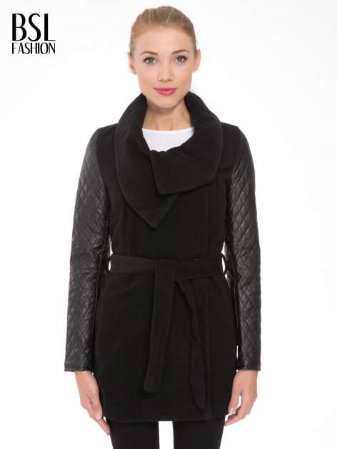 Czarny płaszcz ze skórzanymi pikowanymi rękawami                                  zdj.                                  1