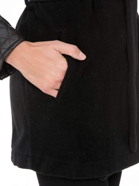 Czarny płaszcz ze skórzanymi pikowanymi rękawami                                  zdj.                                  7