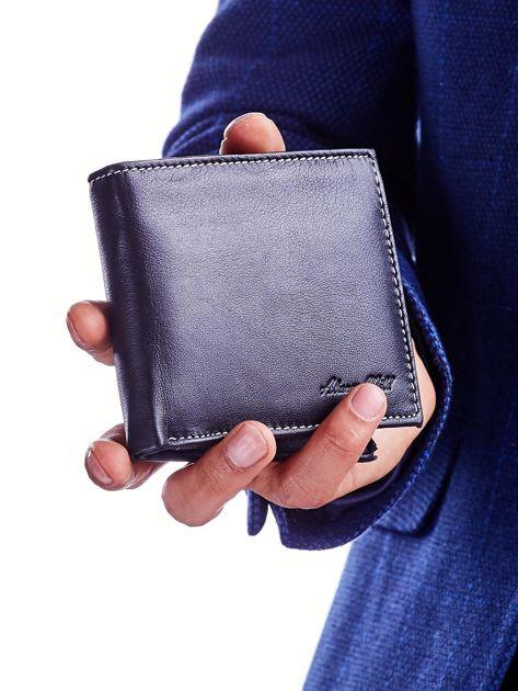 Czarny portfel dla mężczyzny z tłoczeniem                              zdj.                              2