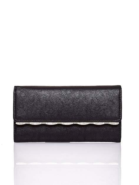 Czarny portfel z ozdobną aplikacją