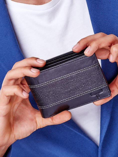 Czarny portfel z poziomą tłoczoną wstawką                              zdj.                              8