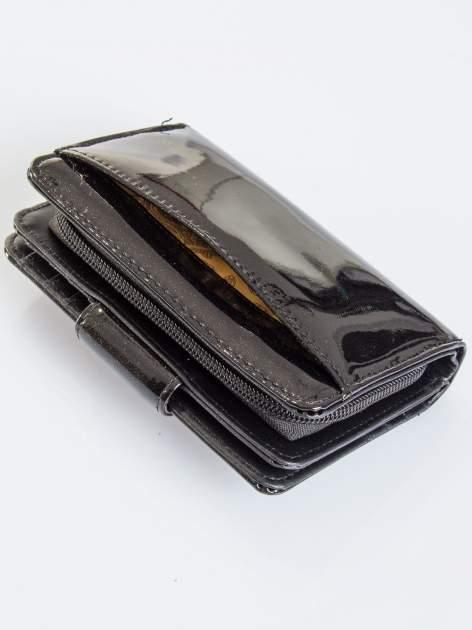 Czarny portfel ze złotym zapięciem efekt skóry saffiano                                  zdj.                                  5