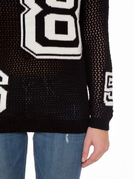 Czarny siatkowy sweter z nadrukiem numerycznym                                  zdj.                                  6