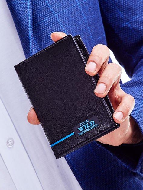 Czarny skórzany portfel dla mężczyzny z niebieskim emblematem                              zdj.                              1