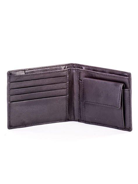 Czarny skórzany portfel męski z rozcięciem i napisem                              zdj.                              4