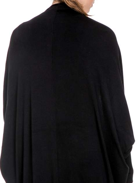 Czarny sweter narzutka z nietoperzowymi rękawami                                  zdj.                                  5