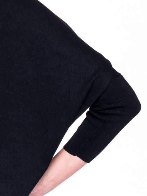 Czarny sweter typu nietoperz zapinany na guzik                                  zdj.                                  5