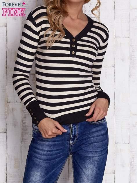 Czarny sweter w paski z guzikami przy dekolcie i na rękawach