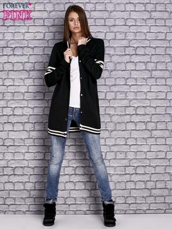 Czarny sweter z kieszeniami zapinany na zatrzaski                                   zdj.                                  2