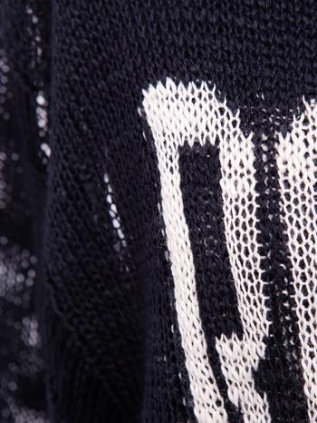 Czarny sweter z nadrukiem i efektem destroyed                                   zdj.                                  6