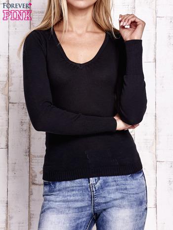Czarny sweter z trójkątnym dekoltem