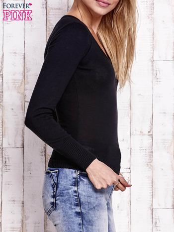 Czarny sweter z trójkątnym dekoltem                                  zdj.                                  3