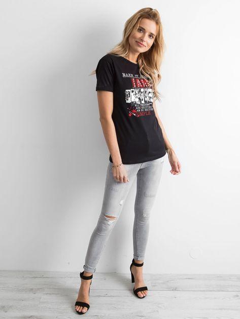 Czarny t-shirt damski z nadrukiem                              zdj.                              4
