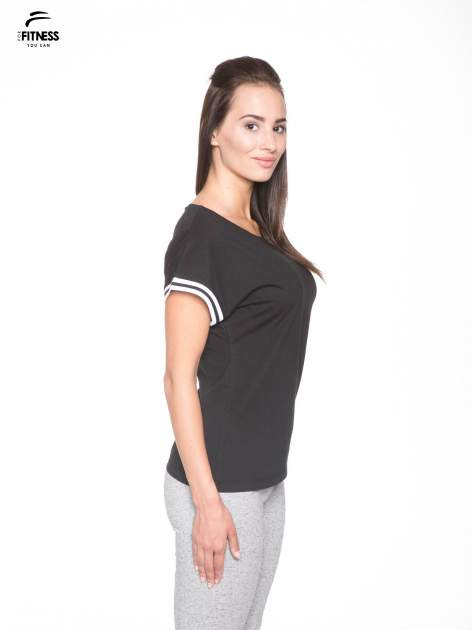 Czarny t-shirt damski ze sportową lamówką                                   zdj.                                  3