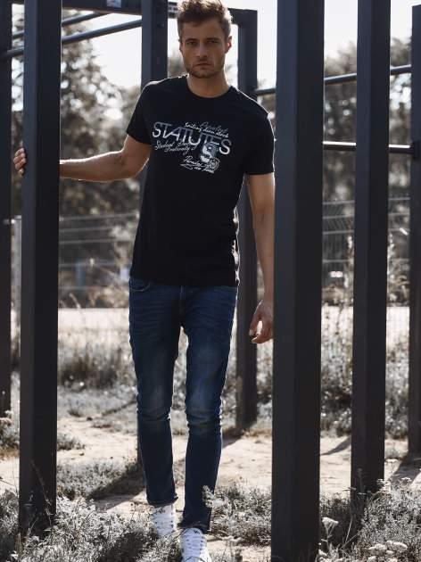 Czarny t-shirt męski z nadrukiem napisów i cyfrą 9                                  zdj.                                  6
