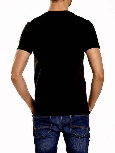 Czarny t-shirt męski z nadrukiem napisów i cyfrą 9                                  zdj.                                  5