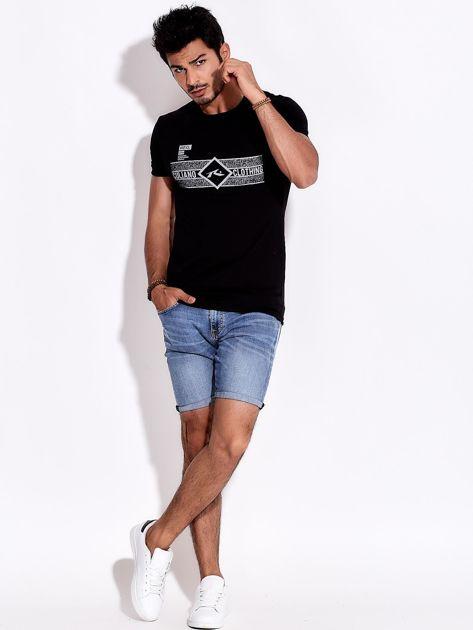 Czarny t-shirt męski z poziomym nadrukiem                              zdj.                              4