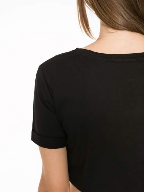 Czarny t-shirt przed pępek ze złotym nadrukiem GET INTO IT                                  zdj.                                  9