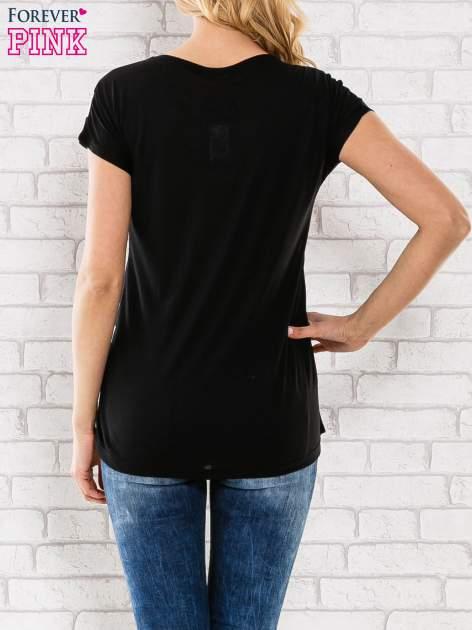 Czarny t-shirt w grochy z motywem kwiatowym                                  zdj.                                  4