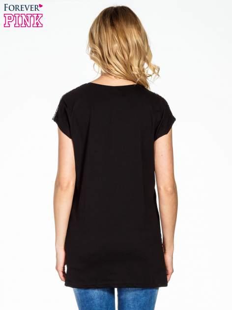 Czarny t-shirt we wzór ornamentowy                                  zdj.                                  4