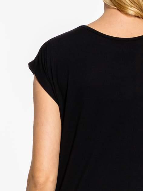 Czarny t-shirt z aplikacją na dekolcie                                  zdj.                                  7