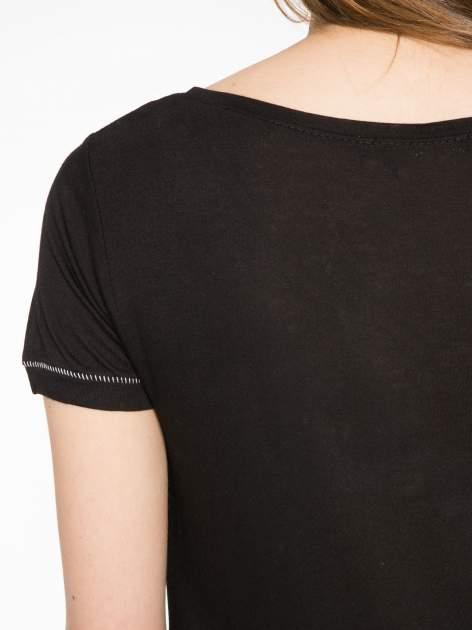 Czarny t-shirt z błyszczącym numerem 1983                                  zdj.                                  10