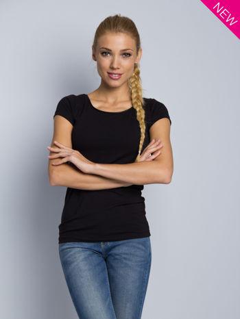 Czarny t-shirt z czarną lamówką przy dekolcie                                  zdj.                                  1