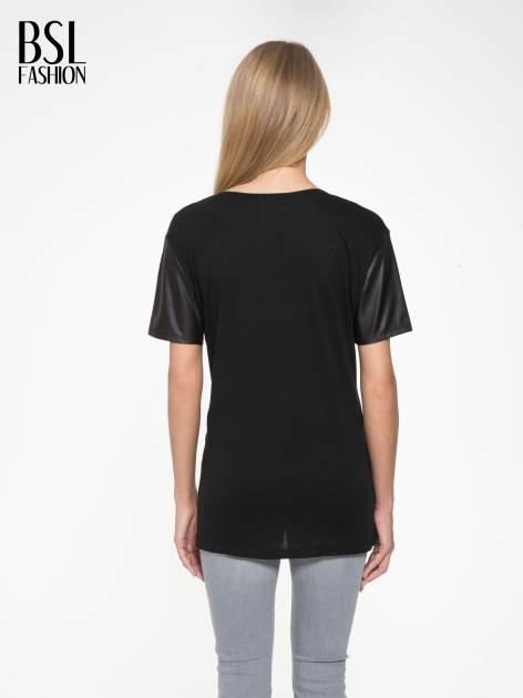 Czarny t-shirt z czarnymi skórzanymi rękawami                                  zdj.                                  4