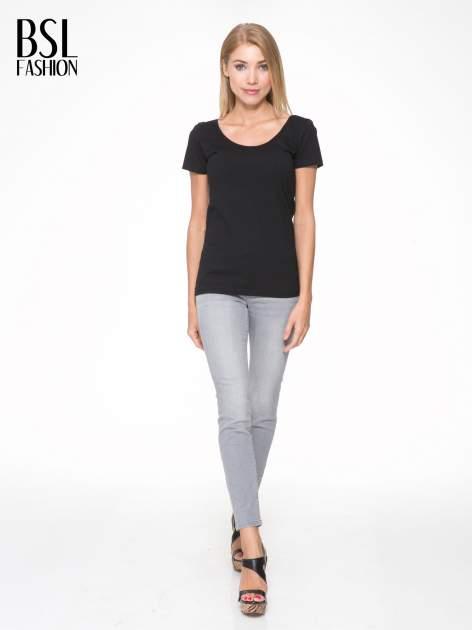 Czarny t-shirt z dekoltem na plecach                                  zdj.                                  5