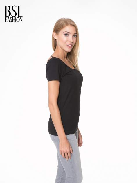 Czarny t-shirt z dekoltem na plecach                                  zdj.                                  3