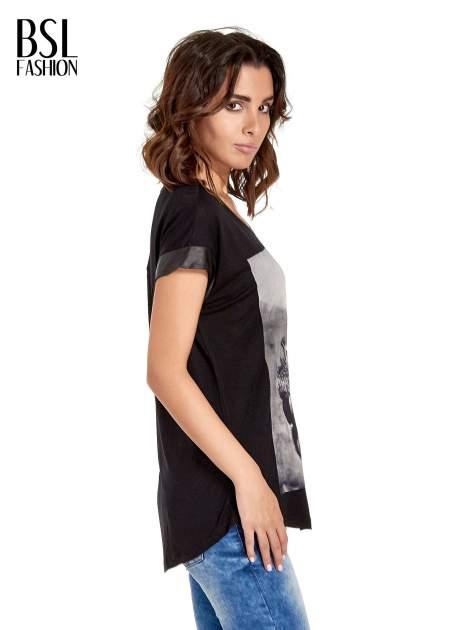 Czarny t-shirt z fotografią w stylu vintage i skórzanymi wstawkami przy rękawach                                  zdj.                                  3