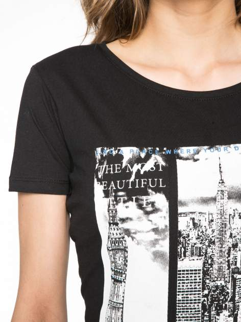 Czarny t-shirt z fotografiami miast                                  zdj.                                  5