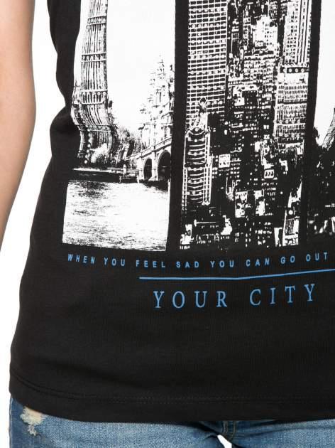 Czarny t-shirt z fotografiami miast                                  zdj.                                  6