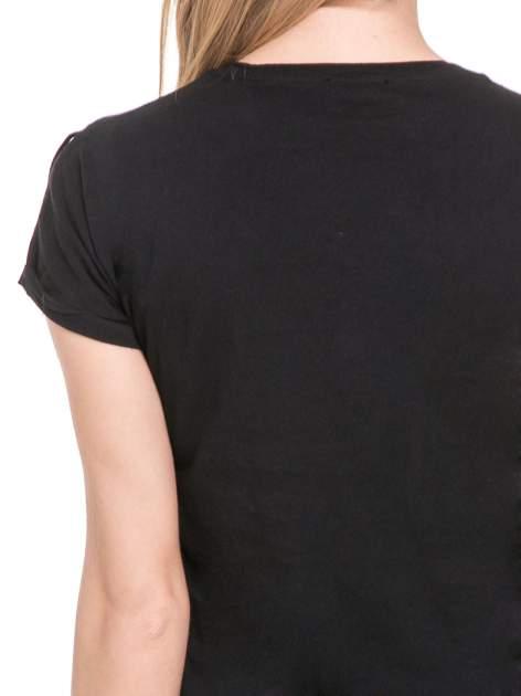 Czarny t-shirt z frędzlami z przodu                                  zdj.                                  6