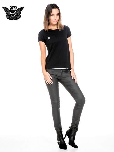 Czarny t-shirt z kieszonką z ozdobnymi kamieniami                                  zdj.                                  2