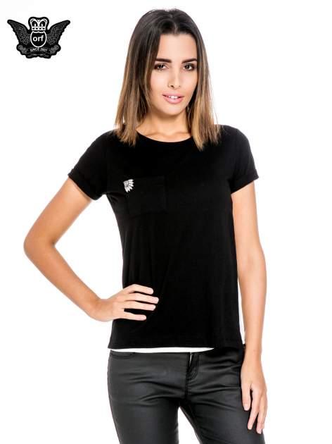 Czarny t-shirt z kieszonką z ozdobnymi kamieniami                                  zdj.                                  1