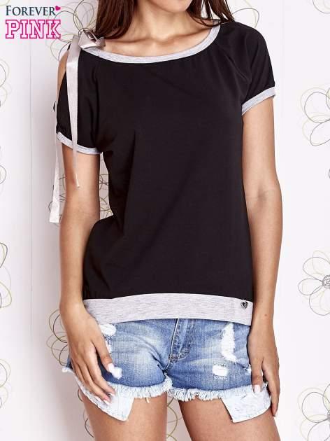 Czarny t-shirt z kokardą                                  zdj.                                  1