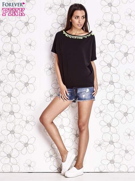 Czarny t-shirt z kolorowymi pomponikami przy dekolcie                                  zdj.                                  2