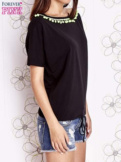 Czarny t-shirt z kolorowymi pomponikami przy dekolcie                                  zdj.                                  3