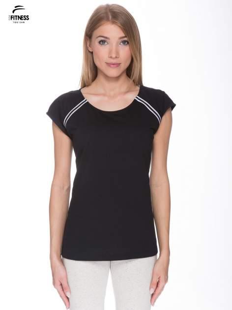 Czarny t-shirt z kontrastowym przeszyciem przy rękawach                                  zdj.                                  1