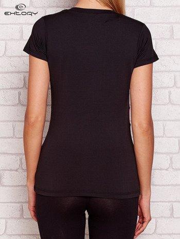 Czarny t-shirt z kontrastowymi wstawkami
