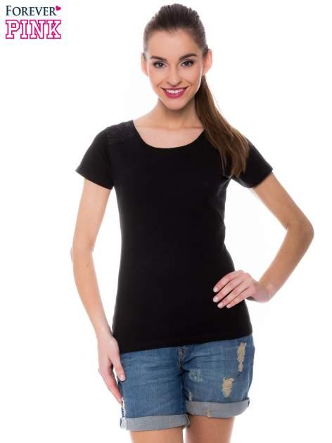 Czarny t-shirt z koronkową wstawką na ramionach