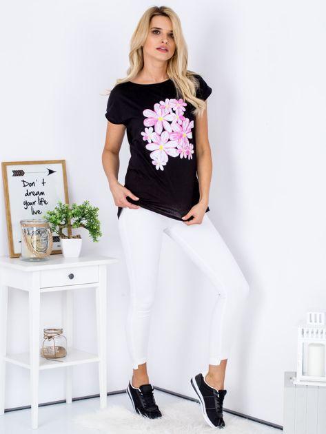Czarny t-shirt z kwiatowym motywem                              zdj.                              4