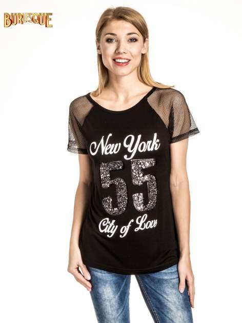 Czarny t-shirt z nadrukiem NEW YORK 55 i siatkowymi rękawami                                  zdj.                                  1