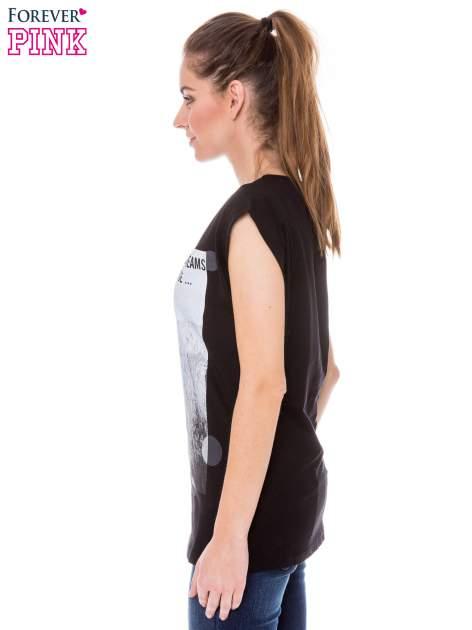 Czarny t-shirt z nadrukiem dziewczyny                                  zdj.                                  2