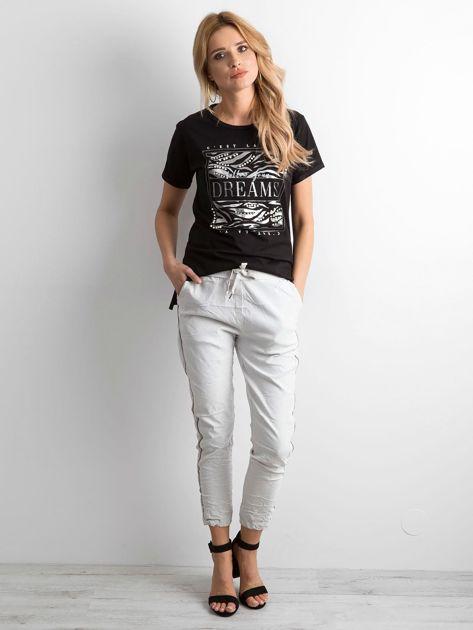 Czarny t-shirt z nadrukiem i koralikami                              zdj.                              4