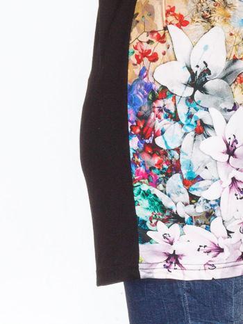 Czarny t-shirt z nadrukiem kwiatów                                  zdj.                                  4