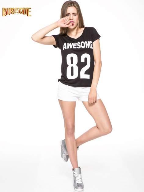 Czarny t-shirt z nadrukiem numerycznym AWESOME 82 z dżetami                                  zdj.                                  2