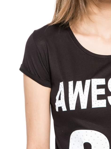 Czarny t-shirt z nadrukiem numerycznym AWESOME 82 z dżetami                                  zdj.                                  5