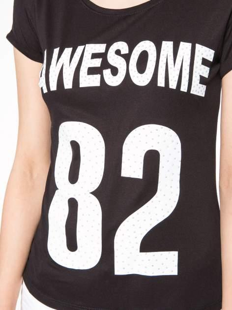 Czarny t-shirt z nadrukiem numerycznym AWESOME 82 z dżetami                                  zdj.                                  7